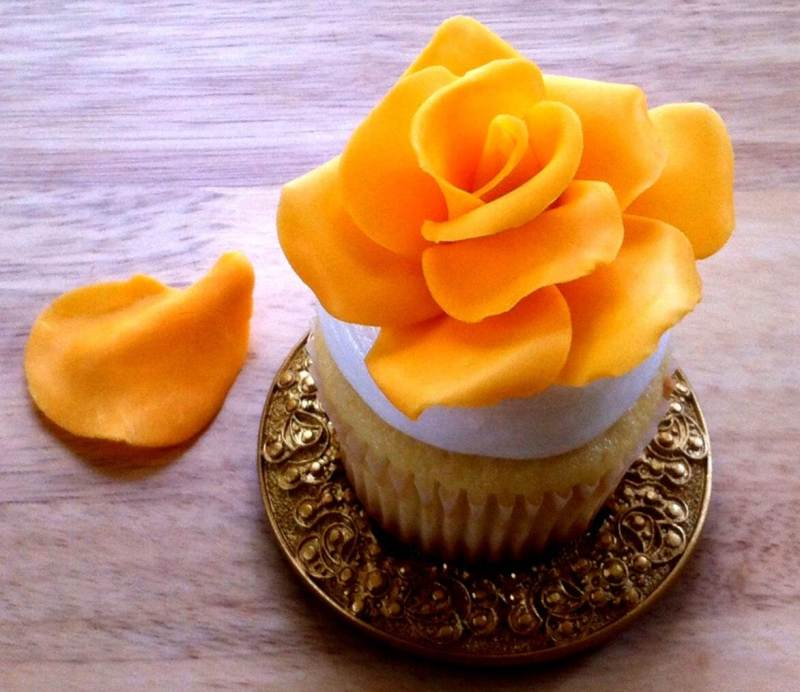 make roses, fondant, gumpaste, chocolate clay, wothout cutters